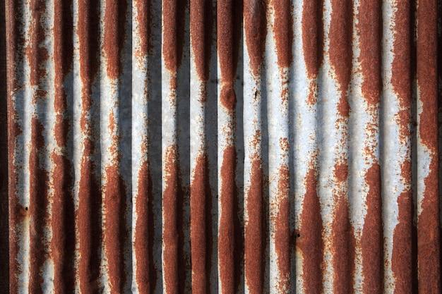 Vecchio e arrugginito danneggiato struttura in ferro zincato.