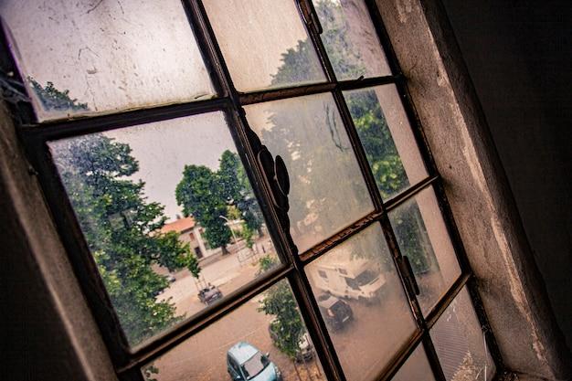 Dettaglio della finestra vecchia, arrugginita e sporca in un edificio abbandonato