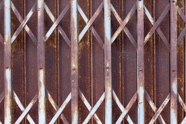 Vecchia porta arrugginita
