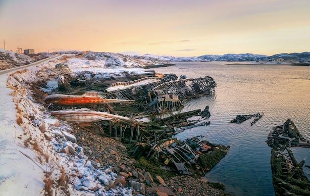 Un vecchio peschereccio arrugginito abbandonato da una tempesta sulla riva. cimitero delle navi. penisola di kola, teriberka, russia.