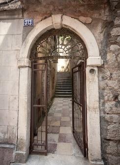 Vecchi cancelli forgiati arrugginiti sulla strada della città vecchia
