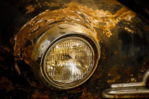 Vecchia auto retrò arrugginita di colore nero.