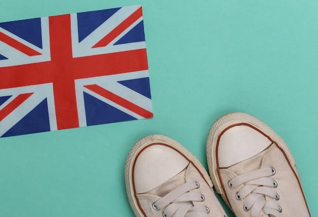 Sneakers old school e bandiera britannica su verde menta