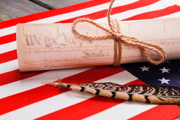 Vecchio rotolo con penna a inchiostro d'oca. la bandiera degli stati uniti.