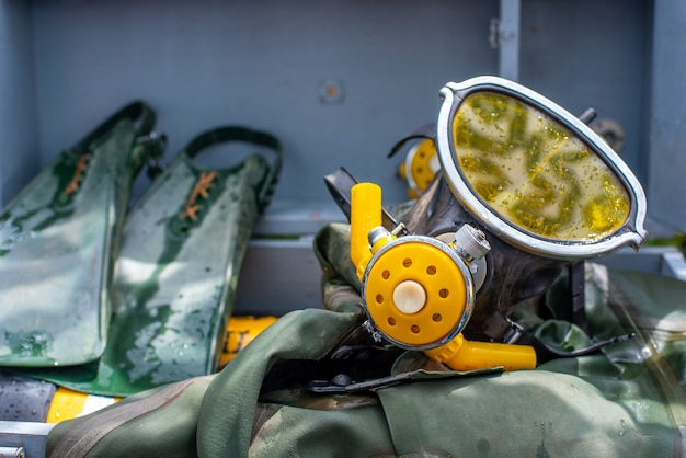Vecchia attrezzatura per immersioni subacquee una maschera pinne e una muta verde abbigliamento per immersioni subacquee...