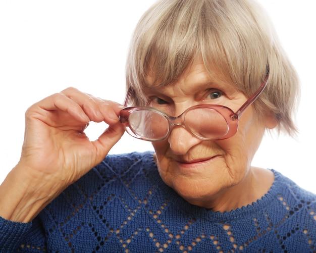 Signora senior anziana che guarda tramite i suoi occhiali