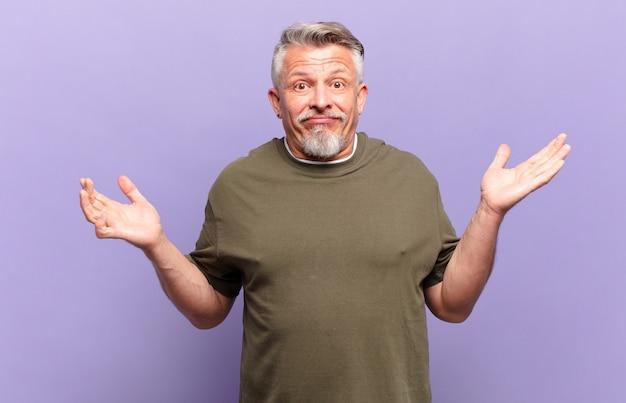 Il vecchio uomo anziano si sente perplesso e confuso, dubitando, ponderando o scegliendo diverse opzioni con un'espressione divertente