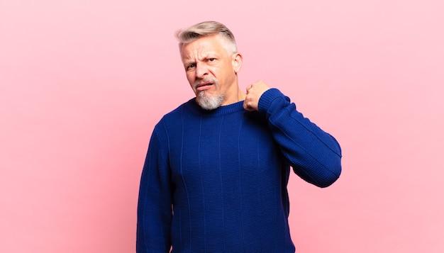 Vecchio uomo anziano che si sente stressato, ansioso, stanco e frustrato, tira il collo della camicia, sembra frustrato dal problema