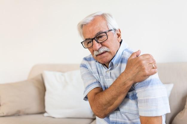 Uomo anziano anziano con dolore alla spalla