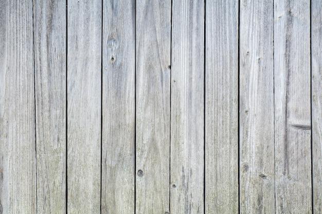 Vecchio, squallido con piccole crepe tavole grigio chiaro come sfondo.