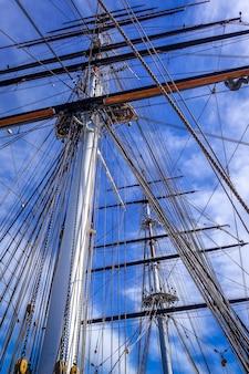 Vecchio albero della nave e primo piano delle corde della vela