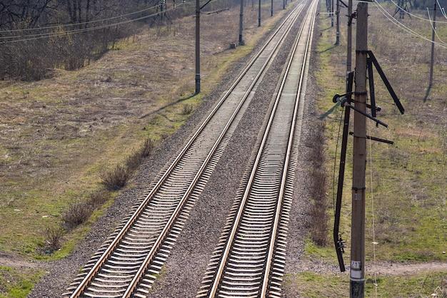 Vecchi binari ferroviari leggermente arrugginiti