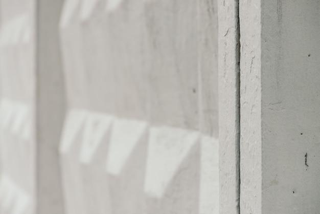 Vecchio recinto concreto sovietico con il primo piano di superficie incrinato. immagine di sfondo del recinto di lerciume di progettazione insolita. muro resistente bianco urbano.
