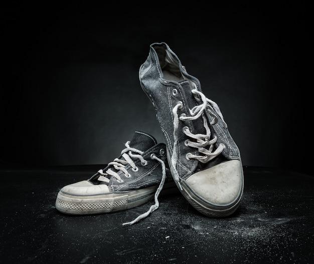 Vecchie scarpe da ginnastica sportive