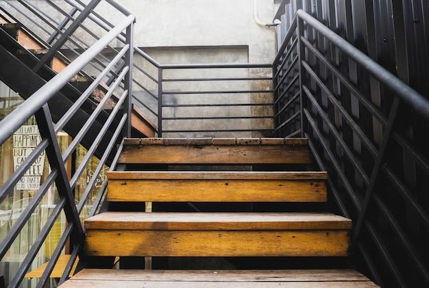 Vecchie scale, scale per la cima dell'edificio