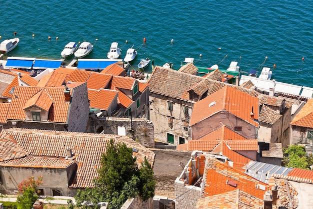 Vecchi edifici in pietra di sibenik, croazia. inquadratura orizzontale