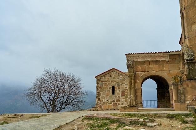 Un'antica fortezza di pietra tra le montagne