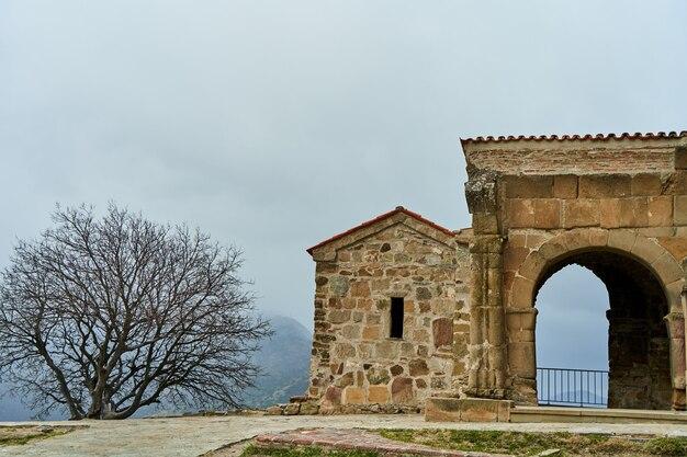 Un'antica fortezza di pietra in montagna.