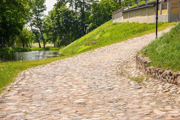 Vecchia strada di pietra che conduce al castello.