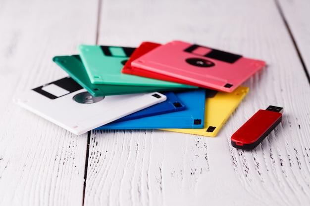 Vecchio floppy disk di archiviazione sulla tavola di legno contro usb floppy driver