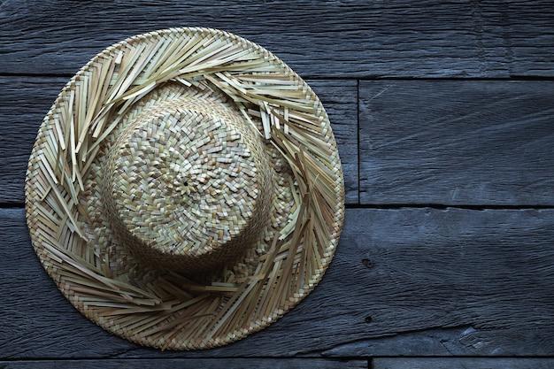 Vecchio cappello di paglia sulla superficie in legno