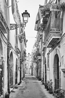 Vecchia strada nella città vecchia di siracusa, sicilia, italia. bianco e nero