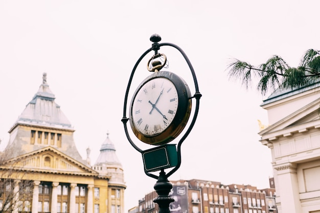 Un vecchio posto di strada con un orologio per le strade di budapest