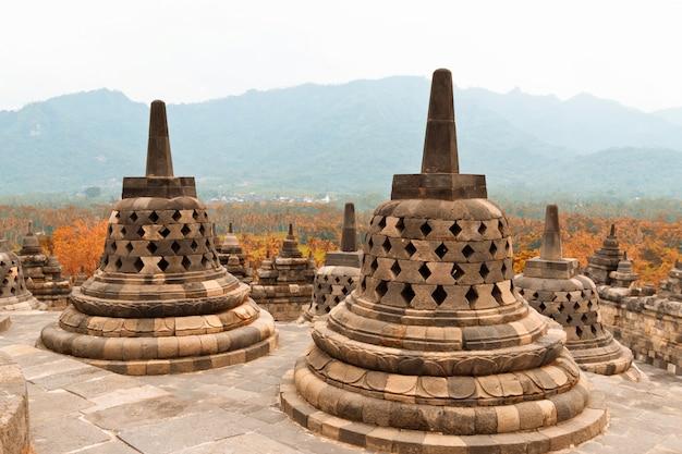 Vecchi stupa nel tempio buddista di borobudur. tempio buddista di mahayana in java