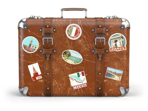 Vecchia valigia mendicante con adesivi da viaggio isolati su sfondo bianco. illustrazione 3d