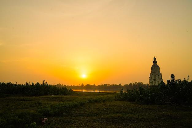 Vecchio tempio alla luce del sole sullo sfondo