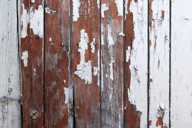 Vecchia superficie di legno strutturata con difetti e vernice scrostata sfondo naturale di tavole di larice
