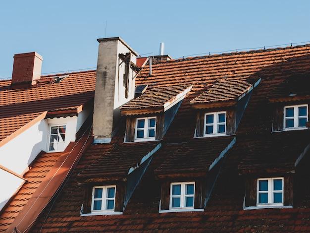 Vecchi tetti di tegole in una città medievale nel sud della polonia