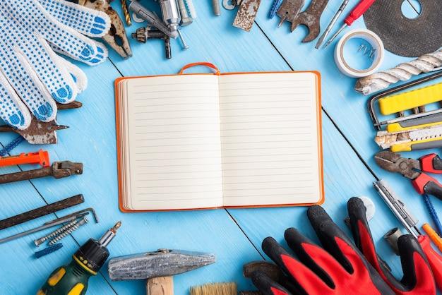 Vecchi strumenti sul desktop con blocco note per i disegni
