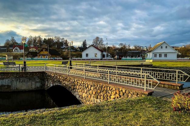 Ponte della città vecchia di pietra sul fiume.
