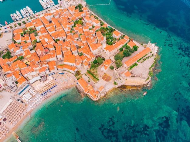 Città vecchia di budva in montenegro sulla costa adriatica, vista aerea