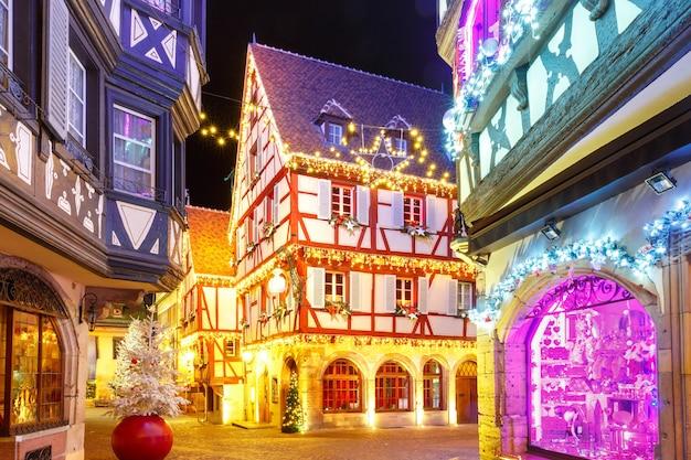 Città vecchia di colmar, decorata e illuminata nel periodo natalizio, alsazia, francia