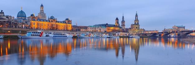 Città vecchia ed elba di notte a dresda, in germania