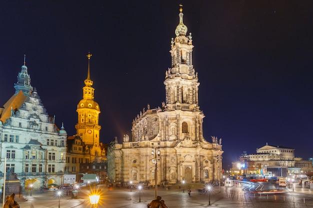 Città vecchia di notte a dresda, in germania
