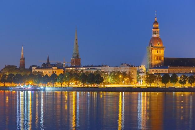 Città vecchia di riga e fiume daugava di notte, lettonia
