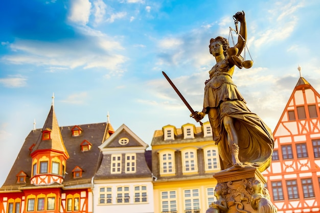 Piazza della città vecchia romerberg con la statua di justitia a francoforte sul meno