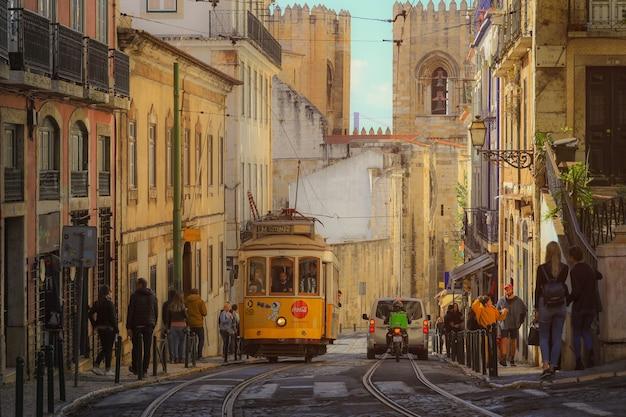 Una vecchia carrozza tradizionale del tram nel centro della città di lisbona, portogallo