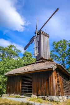 Vecchio mulino a vento tradizionale a stoccolma, svezia