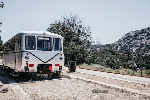 Vecchia carrozza di una stazione ferroviaria abbandonata in campagna