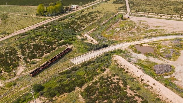 Vecchio treno di petrolio e petrolio. vista aerea