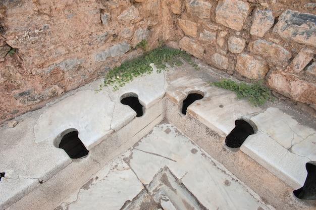 Vecchi tipi di servizi igienici nell'antica città di efeso, aydin, turchia