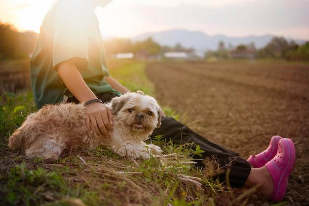 Cane vecchio e brutto ma la ragazza del proprietario dà amore e molto felice.