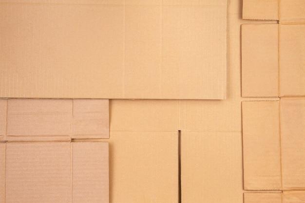 Vecchio sfondo di parti di scatole di cartone ondulato a strisce usate