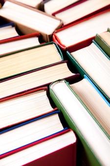 Vecchi libri con copertina rigida usati o libri di testo visti dall'alto. la lettura di libri è essenziale per il miglioramento personale, l'acquisizione di conoscenze, il successo nelle nostre carriere, nella vita privata aziendale