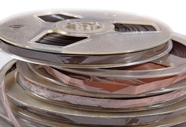 Vecchie bobine vintage con nastri magnetici da vicino