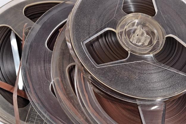 Vecchie bobine vintage con nastri magnetici